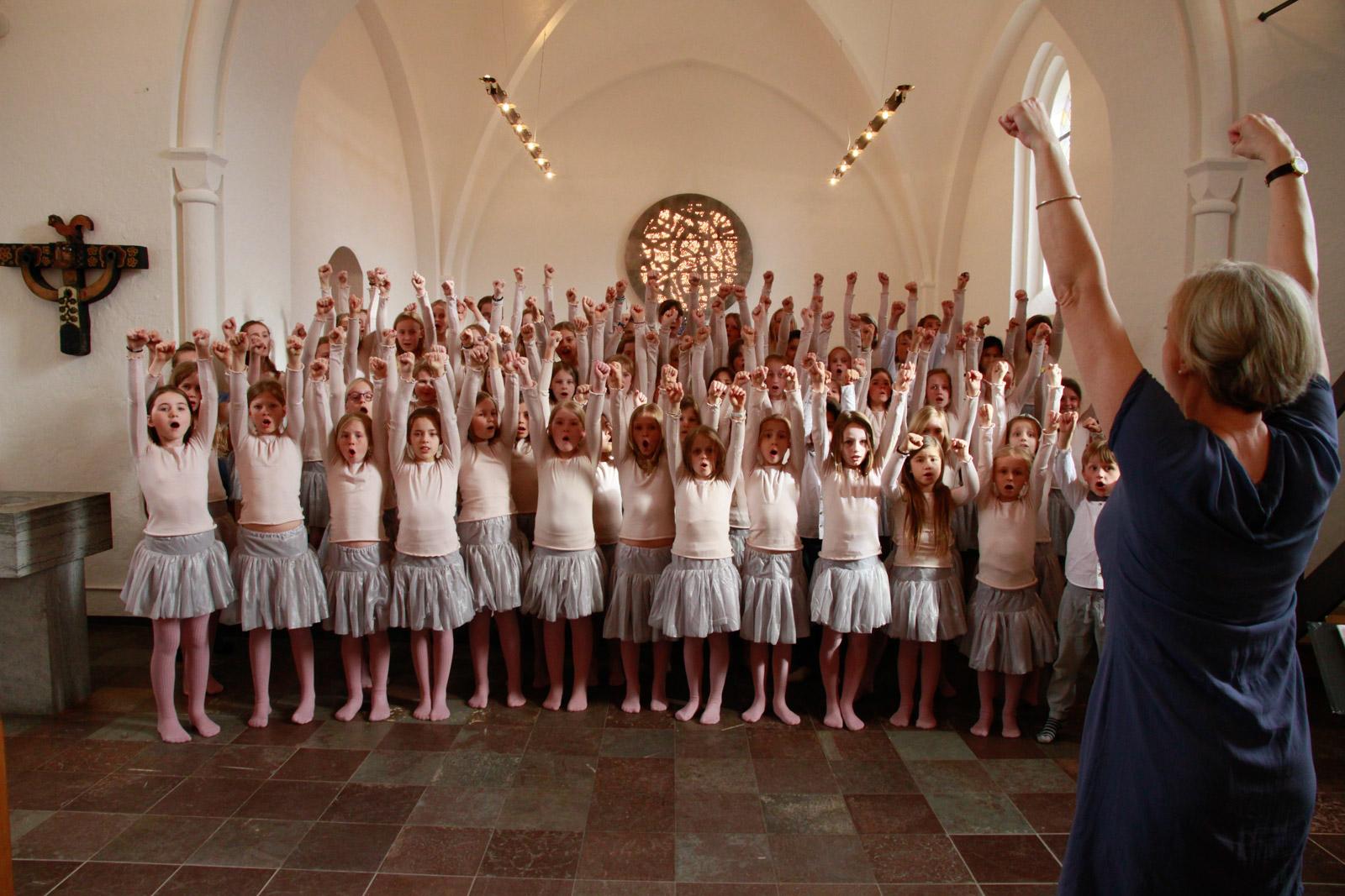 Mange danskere, ung som ældre, har det til fælles, at de synger i kor. Men der mangler data på korområdet, og Augustinus Fonden støtter derfor et projekt, der kortlægger omfanget og karakteren af koraktiviteten i Danmark.